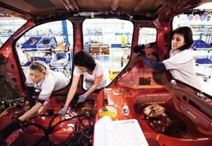 """Pmigliano D'Arco, Italia - 12 gennaio 2012 - ora: 15:57 - Operai lavorano alla produzione della nuova Panda prodotta presso lo stabilimento FIAT """"Giovanbattista Vico""""  di  Pomigliano D'Arco. Ph. Salvatore Laporta Ag. Controluce ITALY - Workers at work into FIAT factory """"Giovanbattista Vico"""" in Pomigliano d´Arco, southern Italy, on January 12,2011."""
