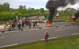 Francia: Valls pronto ad ordinare alla polizia di sgomberare picchetti e blocchi stradali