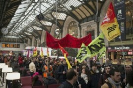 Francia: camionisti, ferrovieri, controllori di volo, portuali, statali, lavoratori della scuola in sciopero
