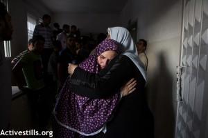La mère (gauche) de Jehad (10) et Wassim (9) Shuheibar pleure à la morgue de l'hôpital Al-Shifa, à la ville de Gaza; le 17 Juillet 2014. Trois enfants de la famille Shuheibar: Afnan (8), et ses cousins- Jehad (10) et Wassim (9),ont été tué le même jour par un missile tiré d'un drône israélien, alors qu'ils jouaient sur le toit de la maison familiale.