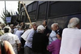Grecia: nuove misure di austerity. Lacrimogeni sui pensionati scesi in piazza