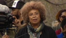Intervento di Angela Davis alla Women's March anti-Trump: ci aspettano 1.459 giorni di resistenza